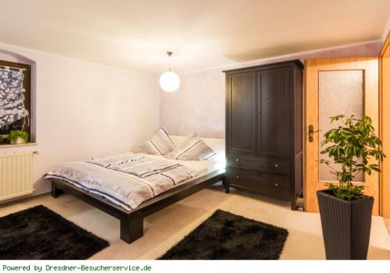 Doppelbett mit Kleiderschrank