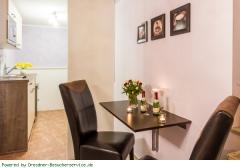 Esstisch und Miniküche