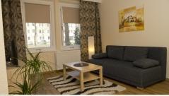 1. Wohnbereich mit Sofa und TV