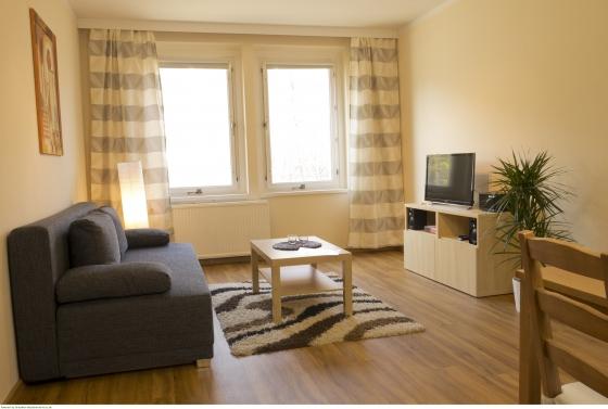 Wohnbereich mit Sofa und TV