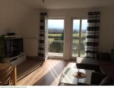 Wohnzimmer mit TV & Balkon