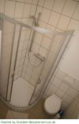 Dusche und Toilette der Fewo